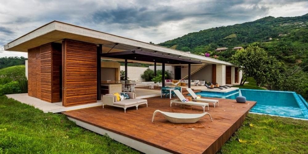 Slnečný moderný dom s bazénom