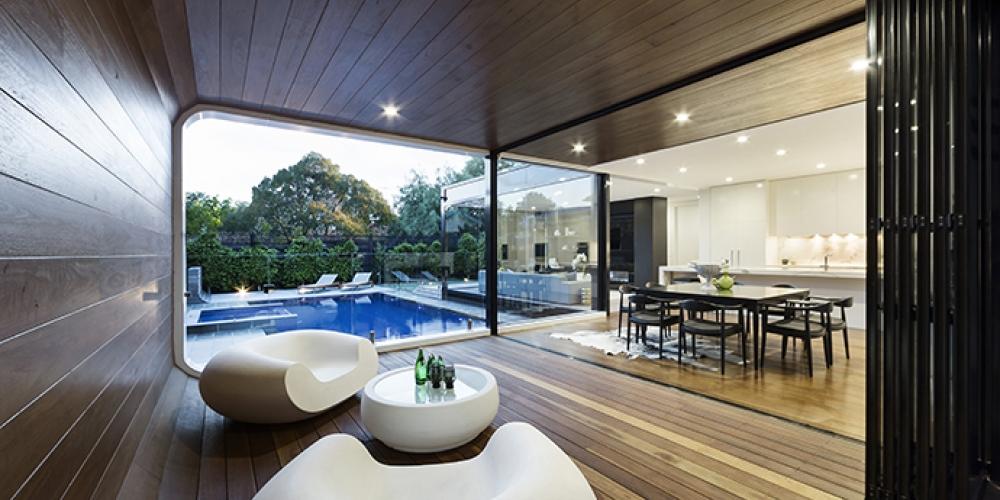 Moderný interiér plný dreva