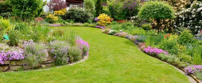 Krásny trávnik je vizitkou každej záhrady